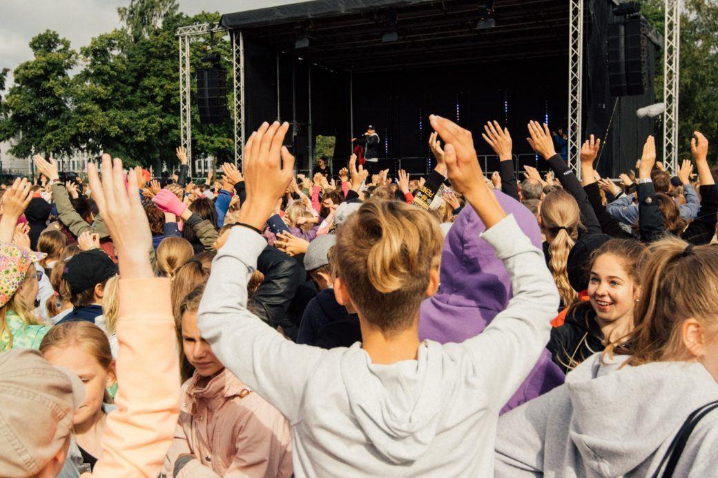 yleisö kädet ilmassa keikalla