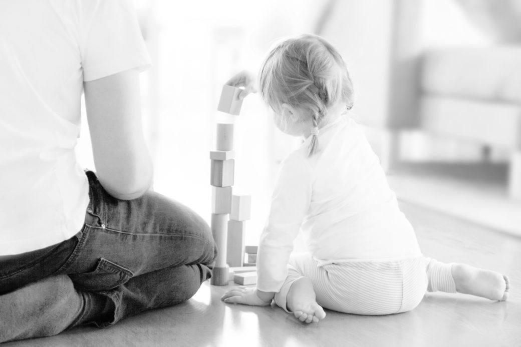 isä ja tytär leikkivät rakennuspalikoilla