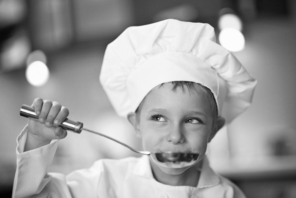 pieni kokkipoika maistaa keittoa
