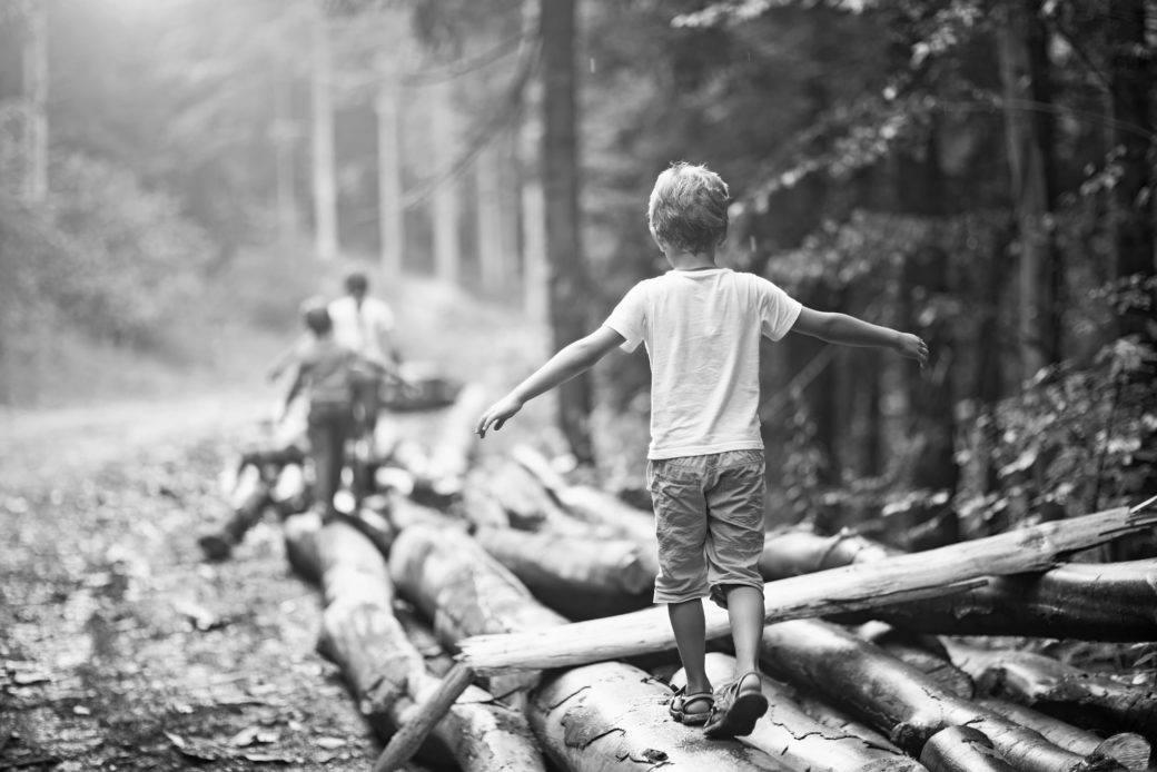 lapsia tasapainoilemassa tukeilla