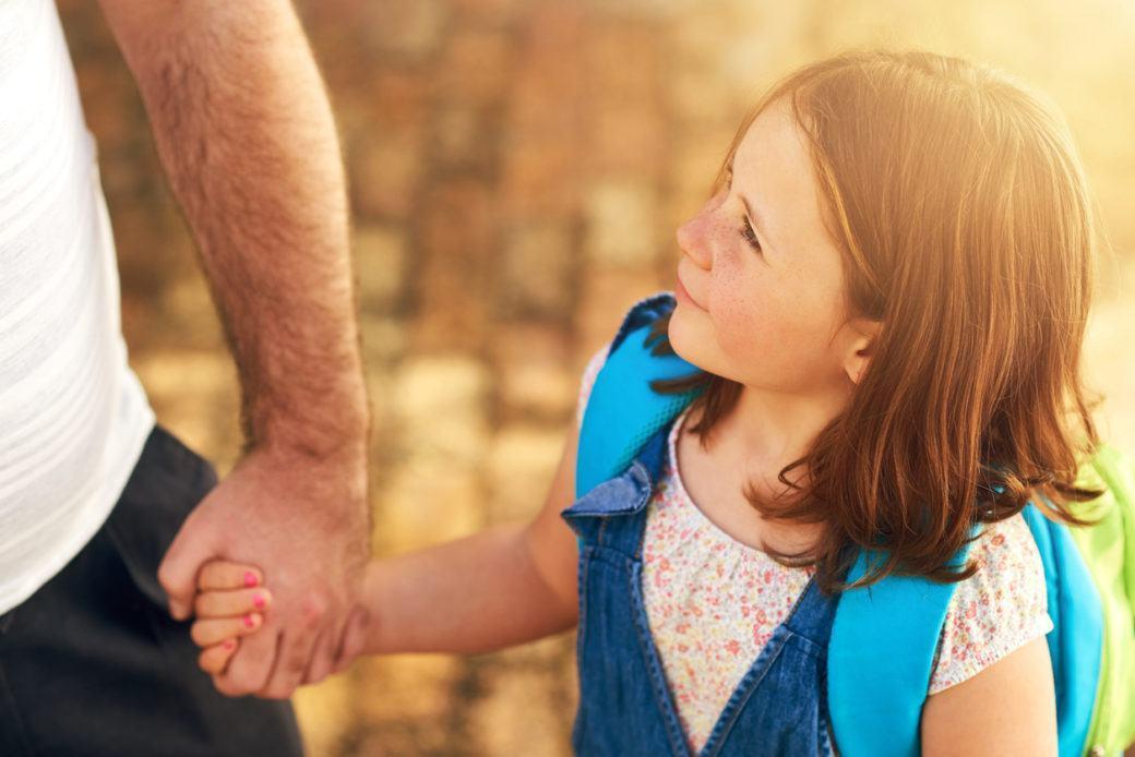 isä pitää tytärtään kädestä kiinni