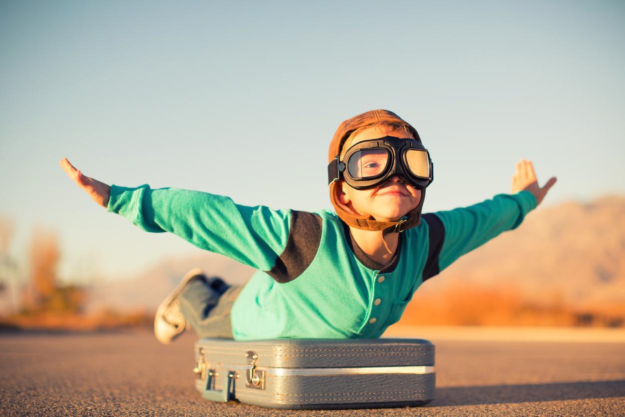 pieni poika unelmoi lentävänsä