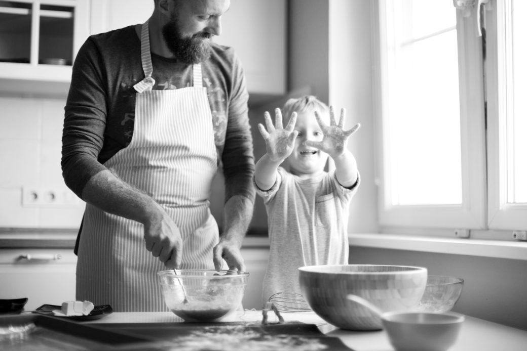 isä ja poika leipoo