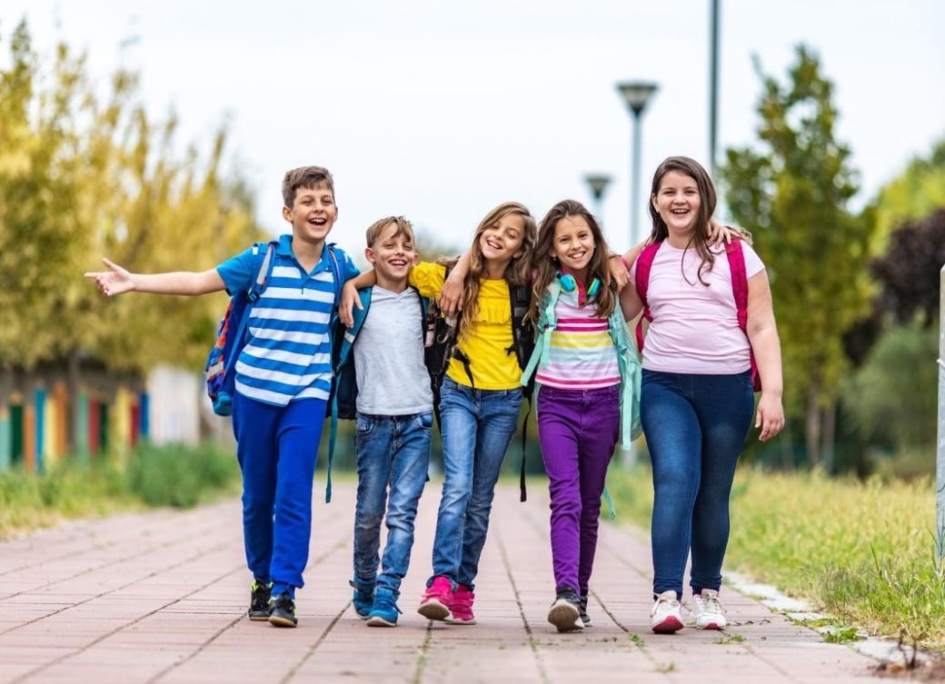 Lapset matkalla kouluun