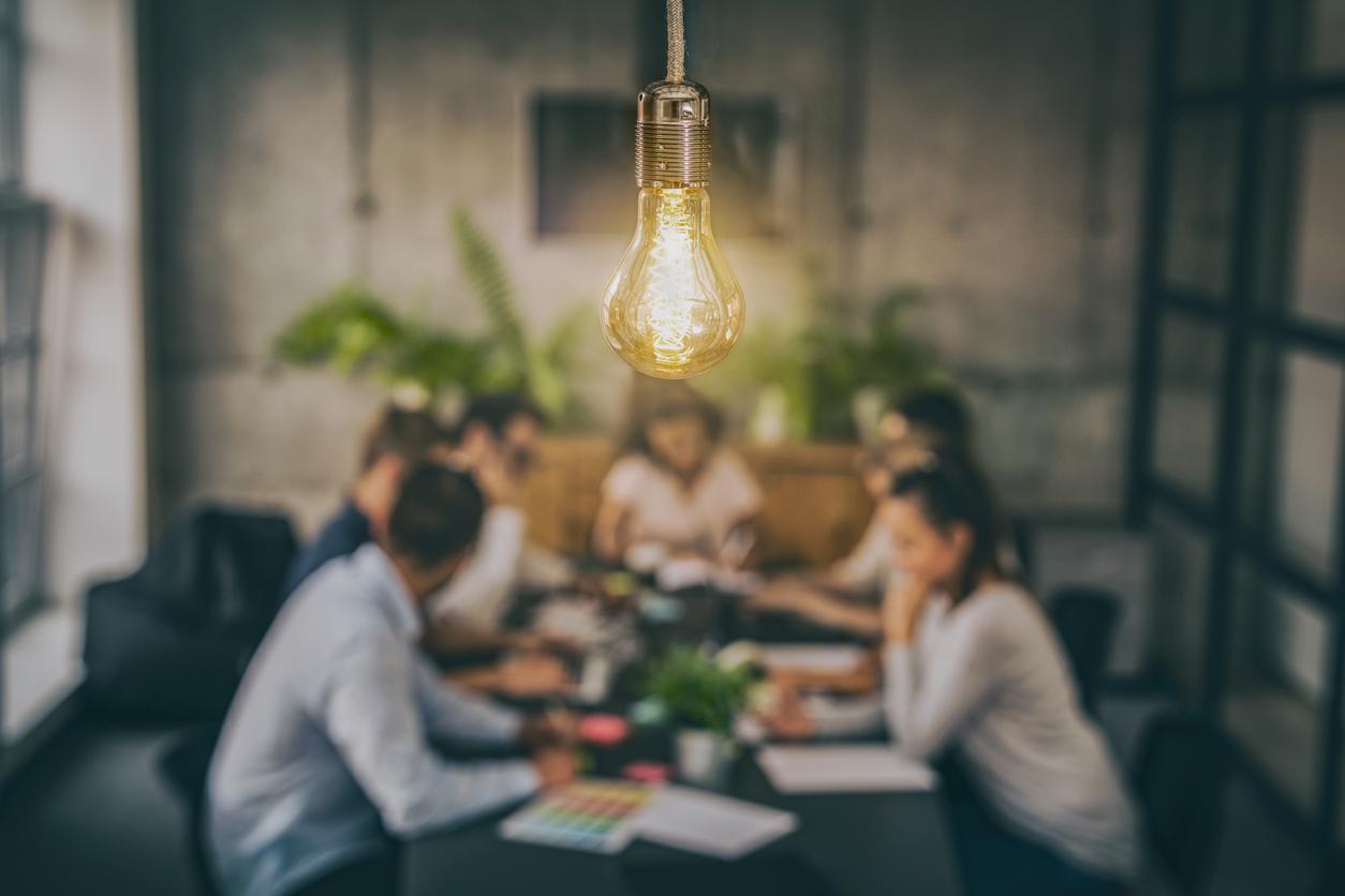 ryhmä ihmisiä luovassa toimistossa